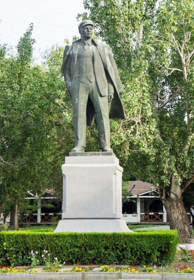 В. Ленин - памятник вождю